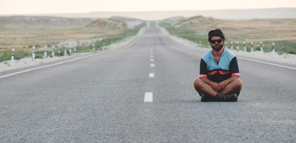 Assis sur la route (Kazakhstan)